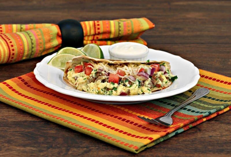 鸡蛋、乳酪、葱和churizo早餐炸玉米饼  免版税库存照片