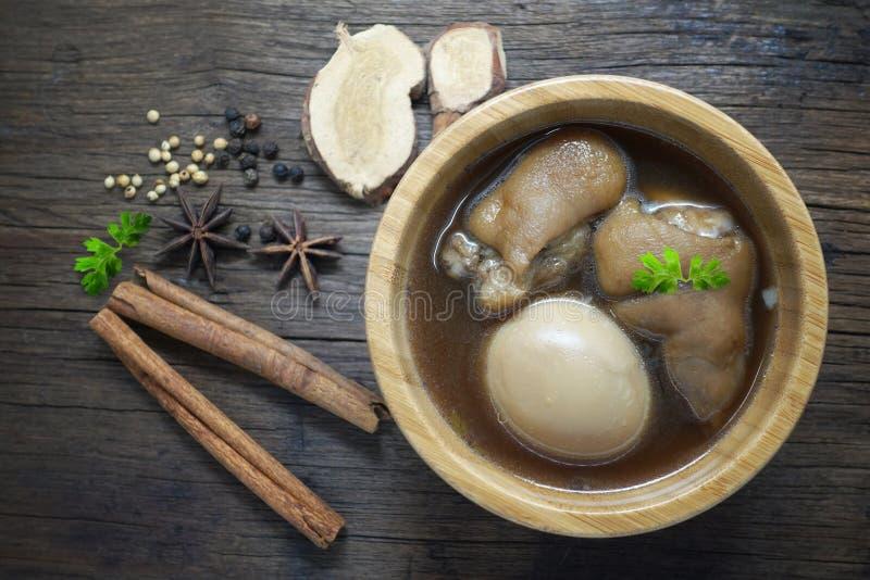 鸡蛋和猪肉在棕色沙司青蛙在木桌上 免版税库存照片