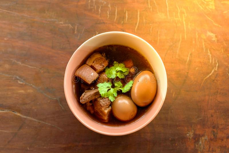 鸡蛋和猪肉在棕色沙司青蛙 免版税图库摄影