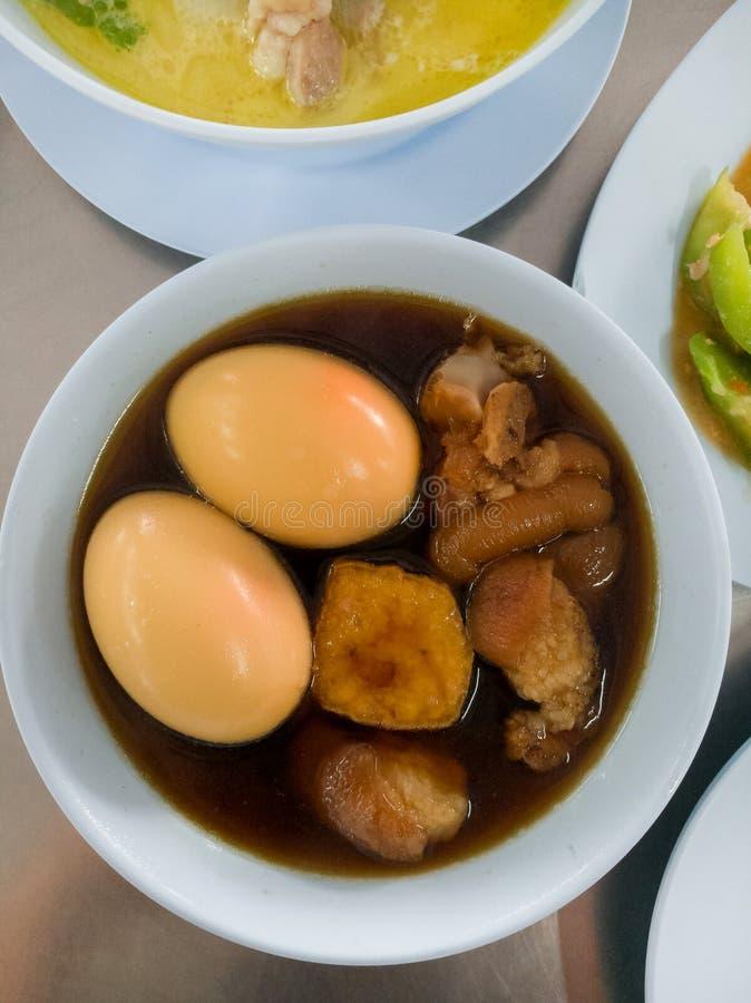 鸡蛋和猪肉在棕色沙司青蛙 免版税库存图片