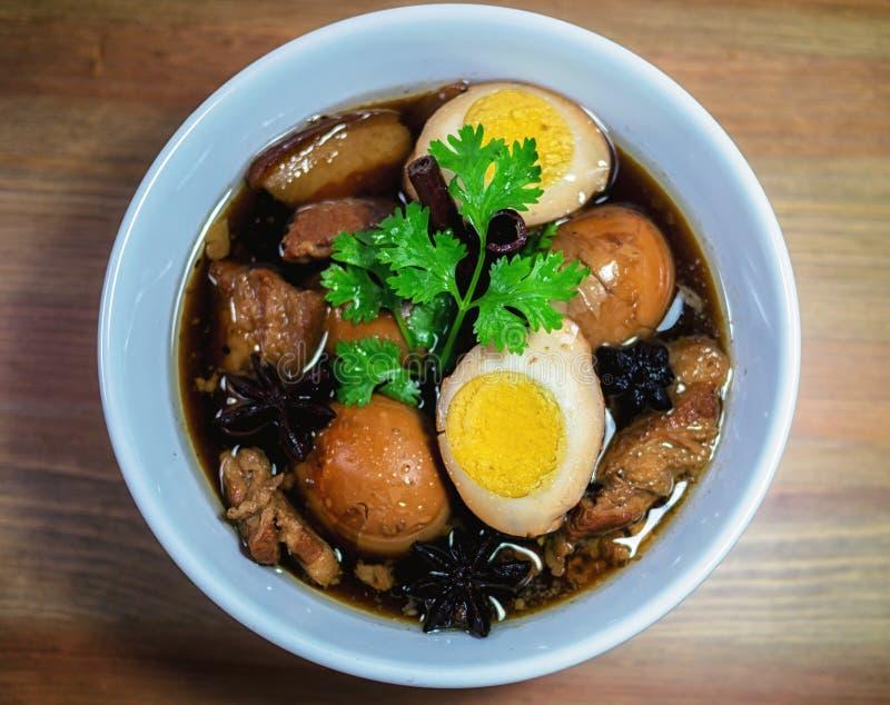 鸡蛋和猪肉在棕色沙司青蛙 免版税库存照片