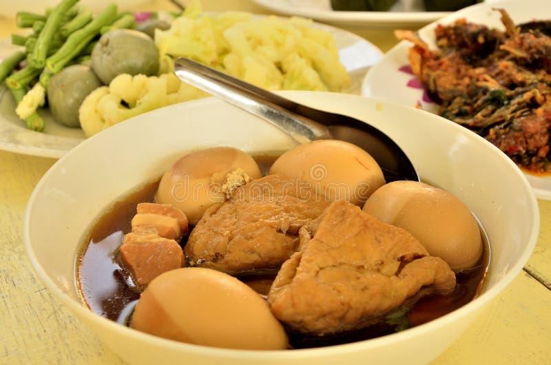 鸡蛋和猪肉在棕色沙司 图库摄影