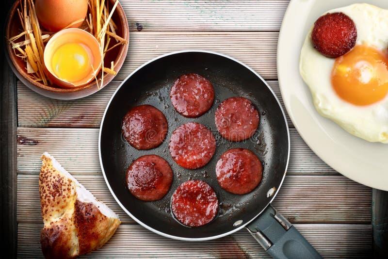 鸡蛋和香肠早餐 免版税图库摄影