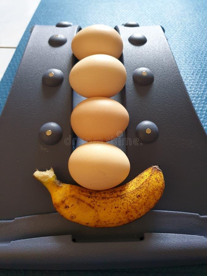 鸡蛋和香蕉与适当的锻炼将使我们健康和秀丽 库存照片