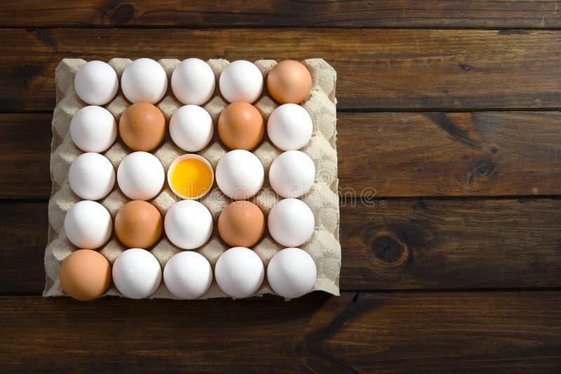 鸡蛋在中部包装用白色和红皮蛋并且打开鸡蛋, 库存照片
