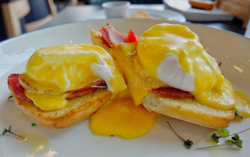 鸡蛋本尼迪克特用柠檬调味汁 免版税库存照片