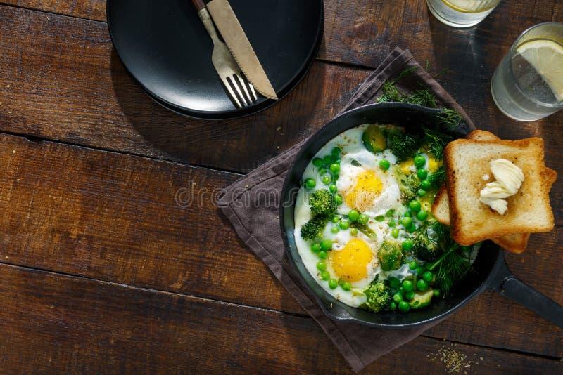 鸡蛋油煎了蔬菜 早餐桌概念 库存照片