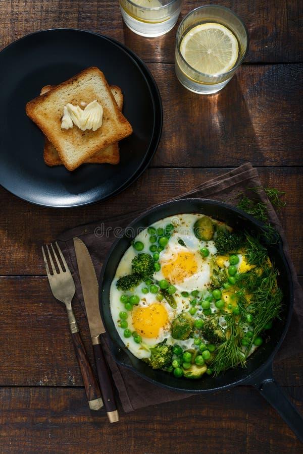 鸡蛋油煎了蔬菜 早餐桌概念 库存图片