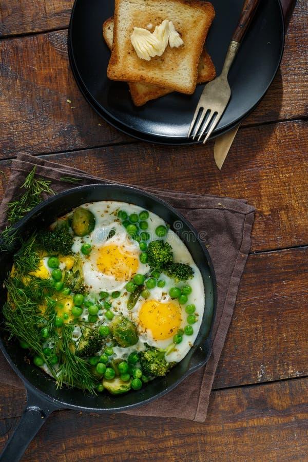 鸡蛋油煎了蔬菜 早餐桌概念 免版税图库摄影