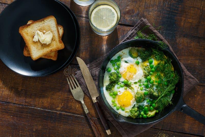 鸡蛋油煎了蔬菜 早餐桌概念 免版税库存图片