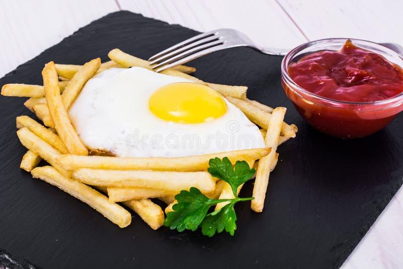 鸡蛋油煎的土豆 图库摄影