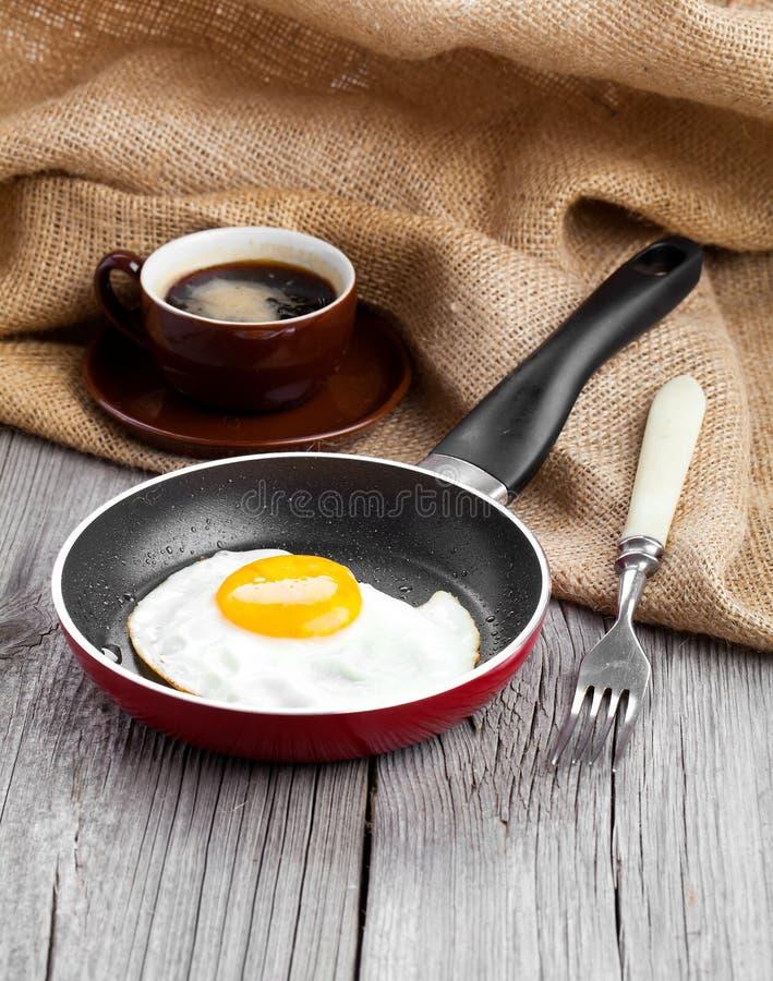 鸡蛋油煎的煎锅 免版税图库摄影