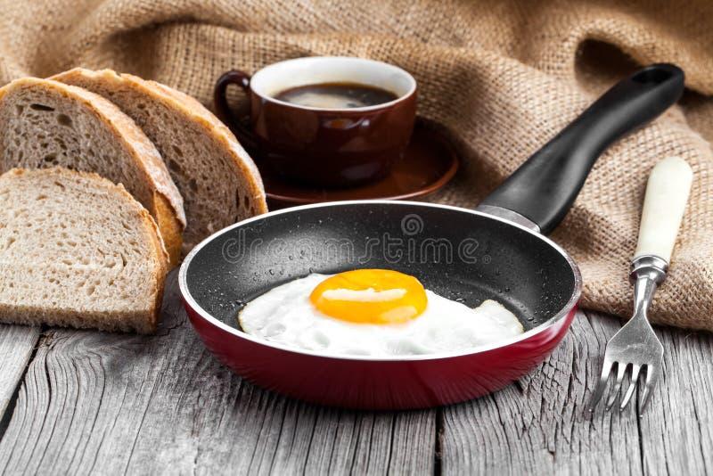 鸡蛋油煎的煎锅 库存照片