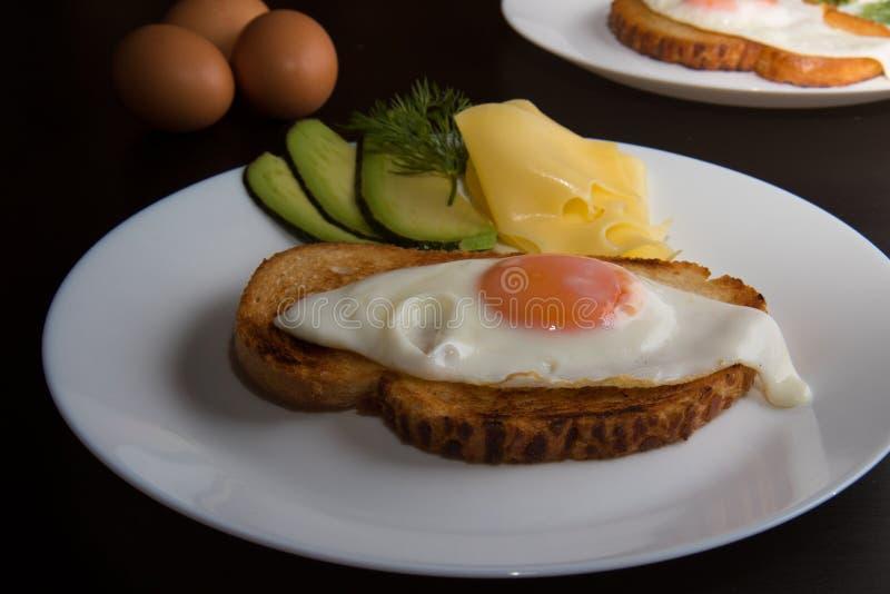 鸡蛋油煎的牌照白色 图库摄影