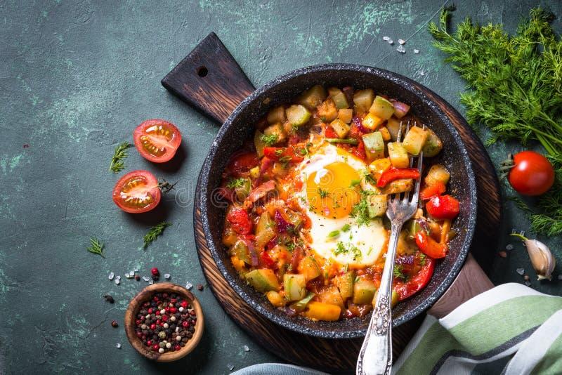 鸡蛋油煎的蔬菜 免版税图库摄影
