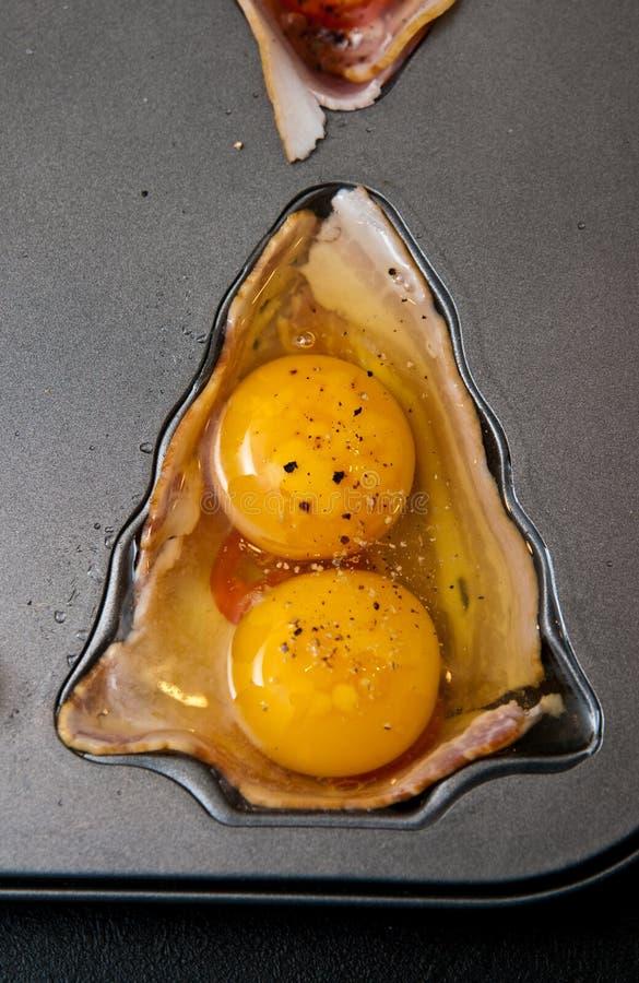 鸡蛋用火腿当圣诞节快餐 库存照片