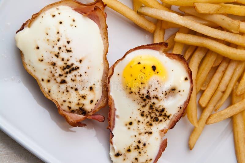 鸡蛋用火腿当圣诞节快餐 免版税库存照片