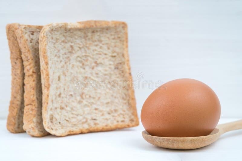 鸡蛋用麦子面包 库存图片