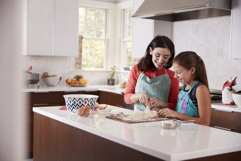 鸡蛋面包面包的犹太母亲和女儿打褶的面团 免版税库存照片