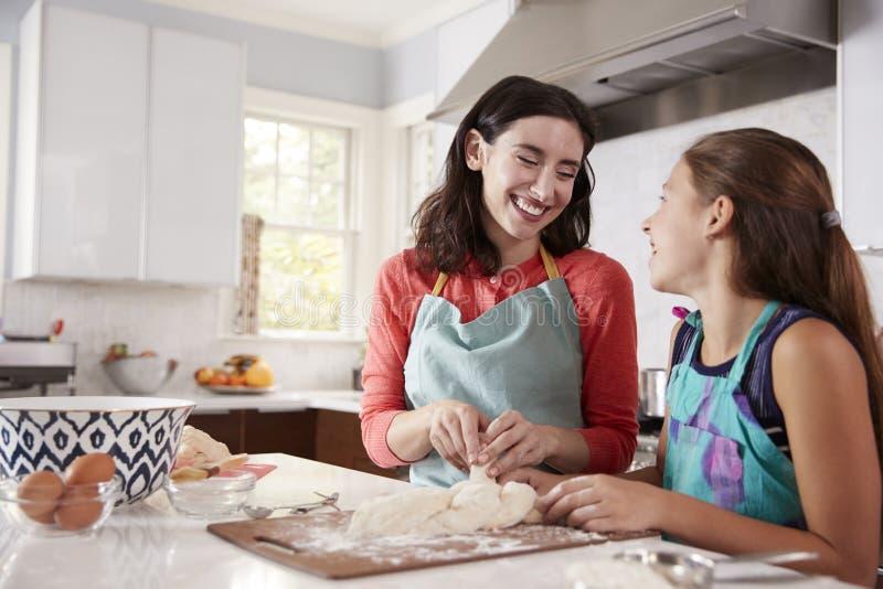 鸡蛋面包面包的犹太母亲和女儿打褶的面团 免版税库存图片