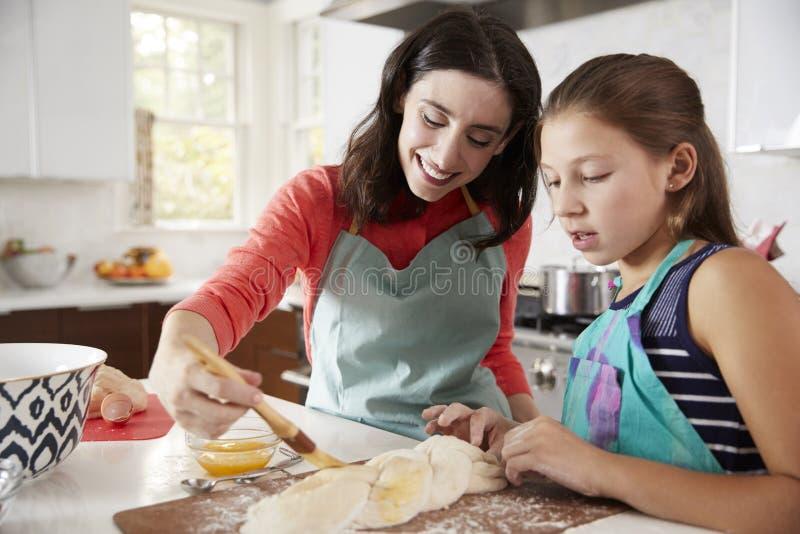 鸡蛋面包面包的犹太母亲和女儿给上釉的面团 免版税图库摄影