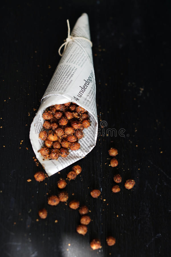 鸡豆烤了与埃及人香料dukkah,辣街道食物 免版税图库摄影