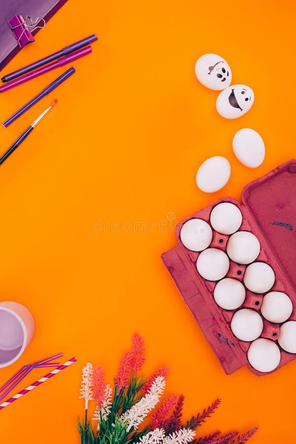 鸡顶视图在蛋盘子和毡尖笔怂恿复活节绘画的 免版税图库摄影