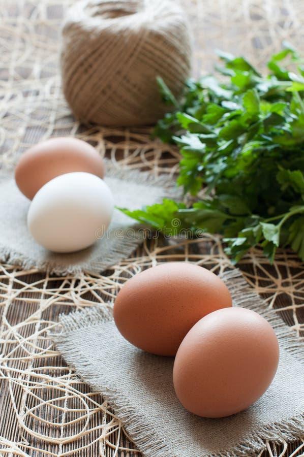 Download 鸡鸡蛋、束荷兰芹和麻线 库存照片. 图片 包括有 母鸡, 未煮过, 没人, 麻线, 鸡蛋, browne - 72359372