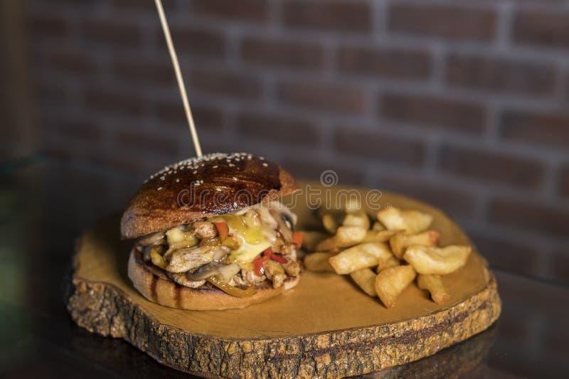 鸡&蘑菇汉堡用在木头的调味汁 免版税图库摄影