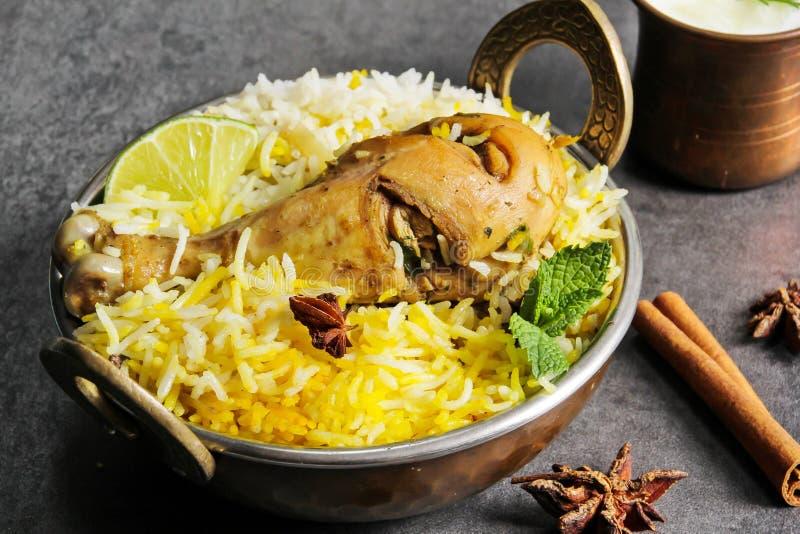鸡Biryani辣鸡用在kadai印地安人食物的米 免版税图库摄影