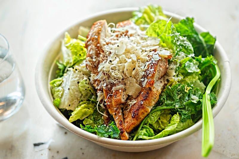 鸡ceasar沙拉 莴苣叶子,被切的烤鸡胸脯,帕尔马干酪 set table 免版税库存照片