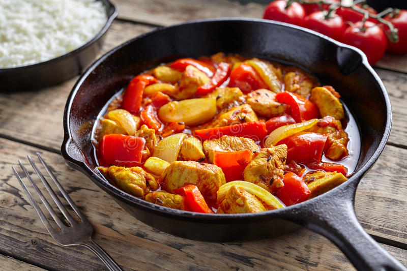 鸡jalfrezi健康传统印地安文化餐馆咖喱辣油煎的肉 库存照片