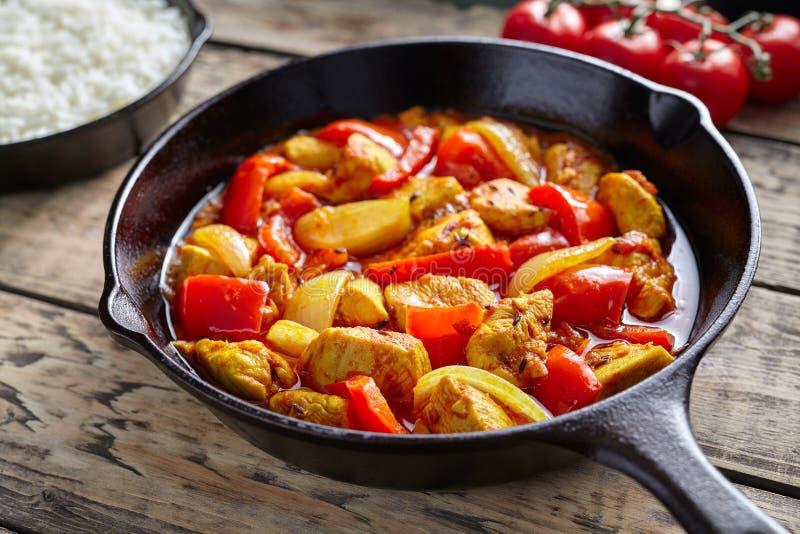 鸡jalfrezi健康传统印地安文化餐馆膳食咖喱辣油煎的肉用辣椒和菜 库存照片