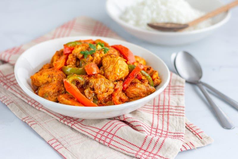 鸡Jalfrezi -辣混乱油煎的印度鸡肉菜肴用甜椒、葱和蕃茄 库存照片