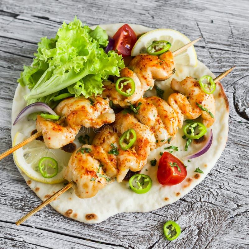 鸡kebabs和新鲜蔬菜沙拉在一个自创玉米粉薄烙饼 库存图片