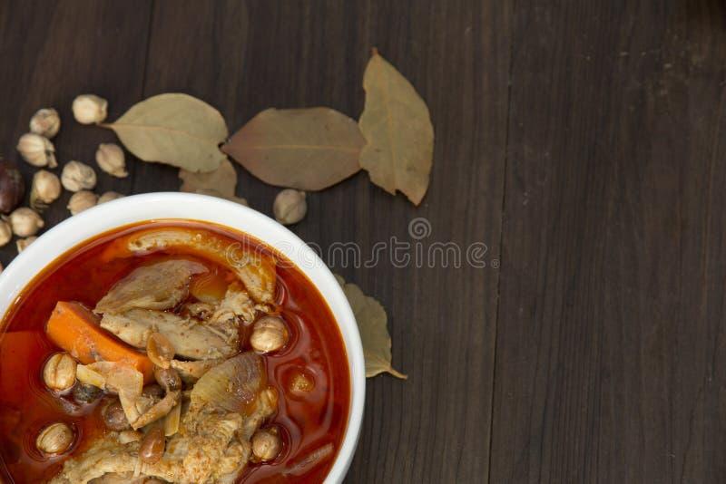 鸡massaman咖喱用在木背景,泰国当地食物的草本 库存图片