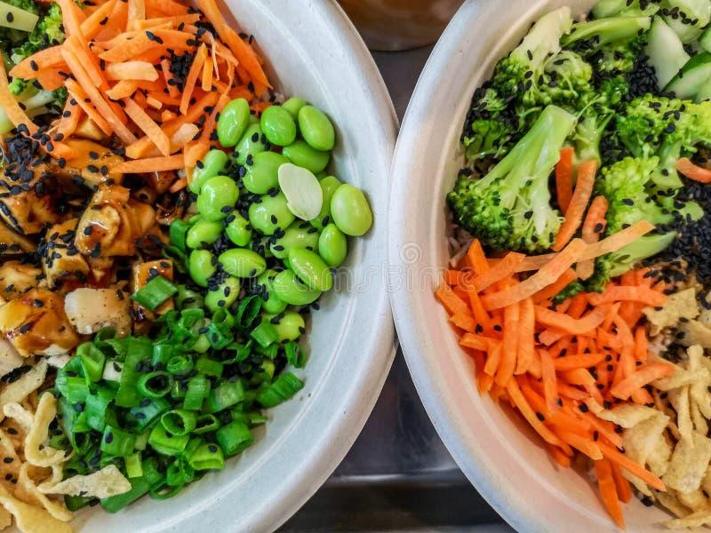 鸡teriyaki和蔬菜沙拉 免版税库存照片