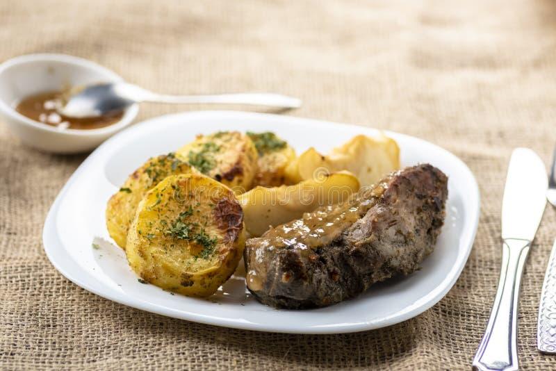 鸭子内圆角服务用被烘烤的土豆, 免版税库存图片