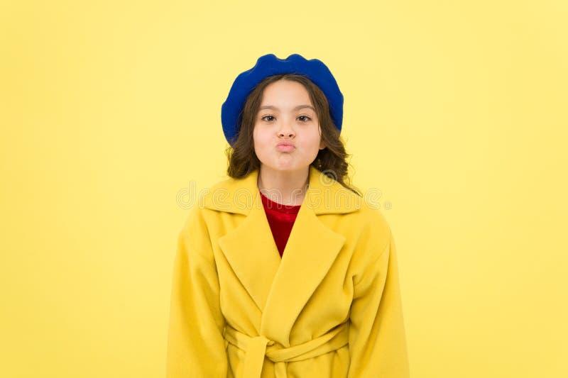 鸭子面孔概念 时兴的孩子滑稽的鬼脸面孔 一点fashionista摆在 孩子滑稽的面孔立场黄色背景 免版税库存照片