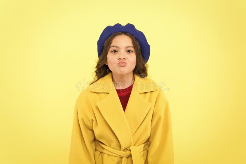 鸭子面孔概念 时兴的孩子滑稽的鬼脸面孔 ??fashionista?? 孩子滑稽的面孔立场黄色背景 图库摄影