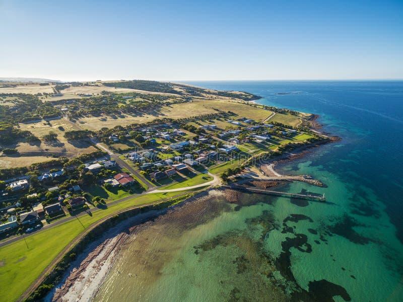 鸸海湾镇和码头鸟瞰图  坎加鲁岛,南Aus 库存图片