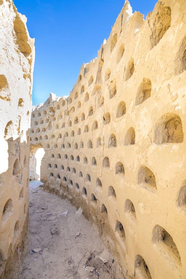鸽房多孔黏土大厦被破坏的墙壁在安普迪亚 库存图片