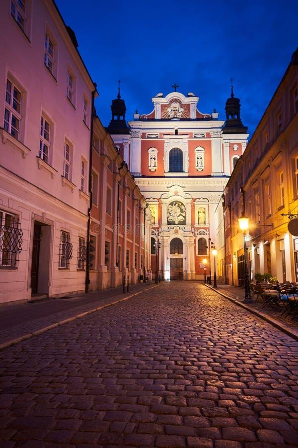 鹅卵石街道和夜间巴洛克教堂的正面 免版税库存照片