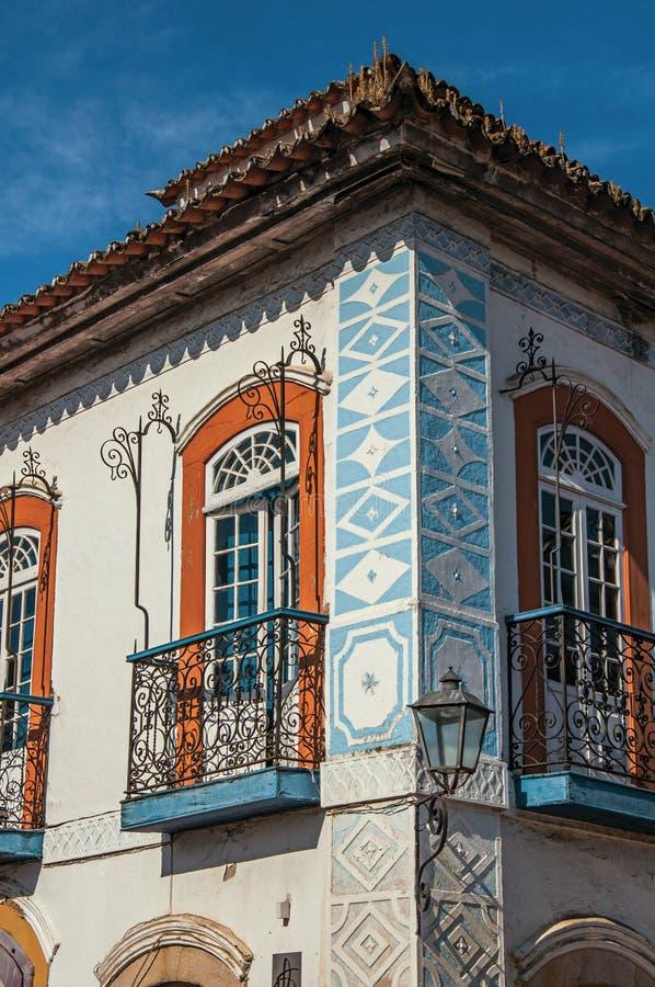 鹅卵石街道特写镜头有老房子的在蓝色晴朗的天空下在Paraty 免版税库存照片