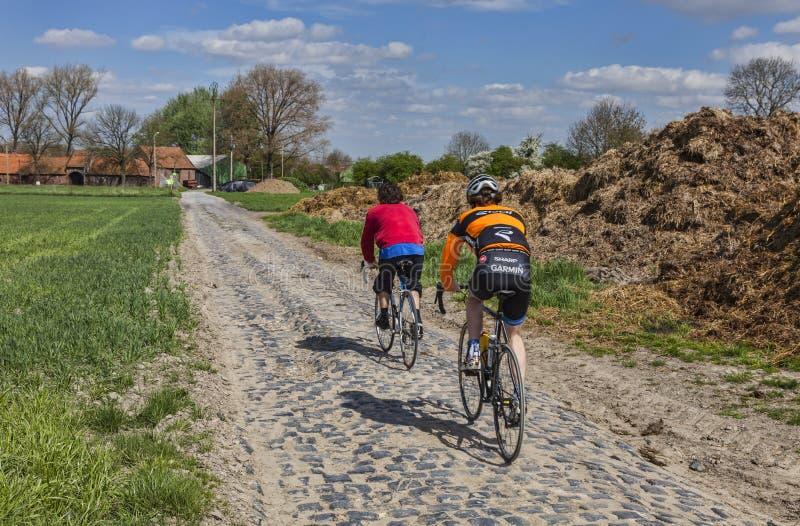 鹅卵石路的非职业骑自行车者 图库摄影