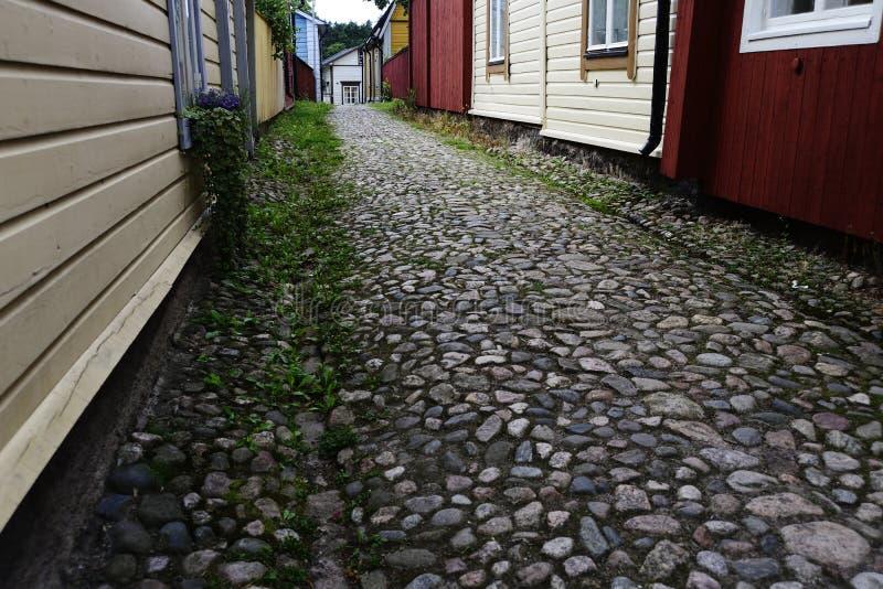 鹅卵石路面和木老房子在波尔沃,芬兰 免版税库存照片