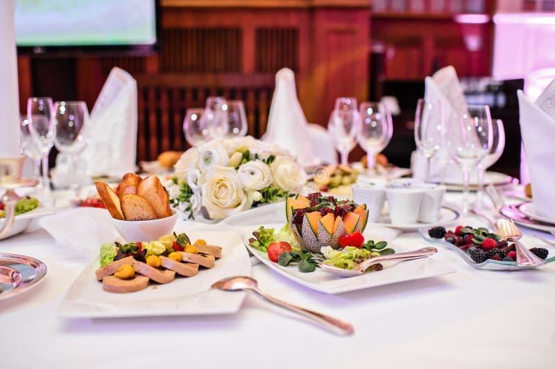 鹅肝头脑用薄脆饼干和莓果 宴会在一家豪华餐馆 库存照片