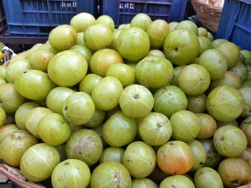鹅莓在市场上结果实果子待售 我们告诉了Indian阿姆拉 免版税图库摄影