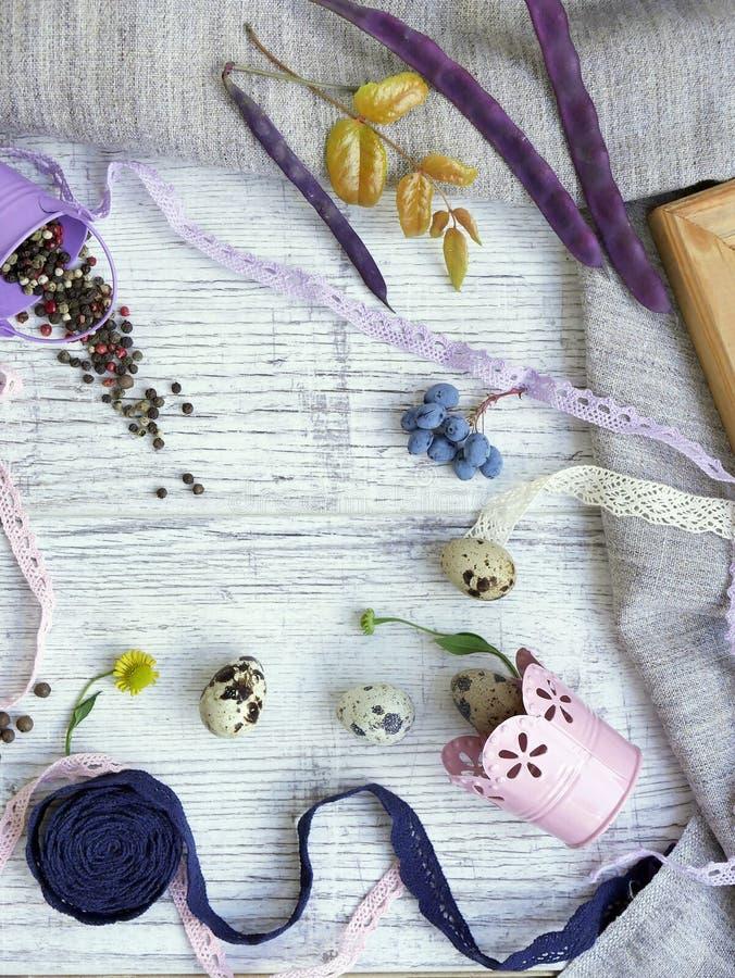 鹌鹑蛋,果子,莓果,菜,在轻的背景的香料装饰季节性静物画  免版税库存照片