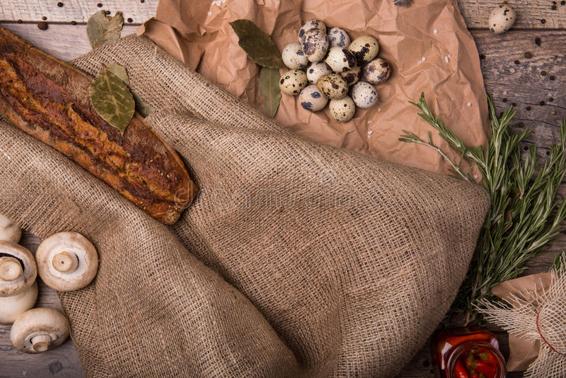 鹌鹑蛋,蘑菇,在木背景的香料 嘎吱咬嚼的长方形宝石和鸡蛋 土气成份的构成 库存照片